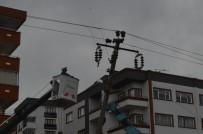 ÇORUH - Yoldan Çıkan Otomobil Orta Refüjdeki Elektrik Direğine Çarptı Açıklaması 3 Yaralı