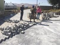 YOL YAPIMI - Çaldıran Belediyesi, Kırsal Mahalle Ve Mezralarda Kilitli Parke Taşı Çalışması Devam Ediyor
