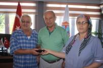 CÜZDAN - Pazarcılar Odası Personelinin Bulduğu Cüzdan Sahibine Teslim Edildi