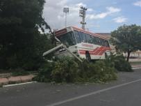 ERKILET - Trafik Kazasında Yolcu Otobüsü Refüje Çıktı