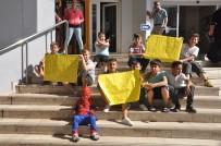 Minik Öğrenciler, Oyun Sahası İçin Belediyenin Önünde Oturma Eylemi Yaptı