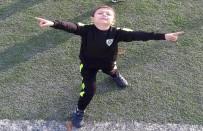 YUNUSEMRE - Üzerine Kale Direği Düşen Çocuk Hayatını Kaybetti
