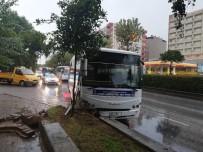 HATALI DÖNÜŞ - Aydın'da Halk Otobüsü Refüje Çarptı; 3 Yaralı