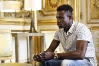 OTURMA İZNİ - Balkondan Sarkan Çocuğu Kurtaran Malili, Resmen Fransız Vatandaşı Oldu