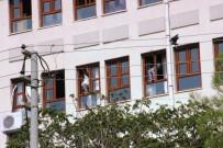 Okulda Tehlikeli Şekilde Perde Asan Kadınlar Yürekleri Ağza Getirdi