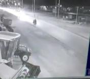 Otomobil Yolda Yürüyen 4 Kişiye Çarptı