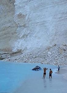 Yunanistan'da yer alan Navagio plajına kaya düştü