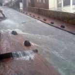 ŞİDDETLİ YAĞIŞ - Beyoğlu'nda Sağanak Yağış Vatandaşlara Zor Anlar Yaşattı