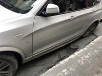 YOL ÇALIŞMASI - Beyoğlu'nda Yol Çöktü, Cip İçerisine Saplandı