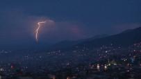 SAĞANAK YAĞIŞ - Bursa'da Gökyüzünü Şimşekler Aydınlattı