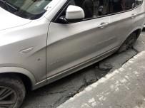 YOL ÇALIŞMASI - (Özel) Beyoğlu'nda Yol Çöktü, Cip İçerisine Saplandı