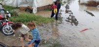 MEVSİMLİK İŞÇİ - Mevsimlik İşçilerin Çadırlarını Sel Bastı, Çocuklar Son Anda Kurtarıldı