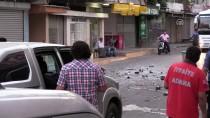 Evindeki Eşyaları Dışarı Atarak Yolu Trafiğe Kapattı