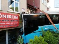 HASAN GÜLER - Halk Otobüsü Binaya Girdi Açıklaması 4 Yaralı