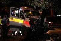 SAĞLIK GÖREVLİSİ - Hasta taşıyan ambulans kaza yaptı: 6 yaralı
