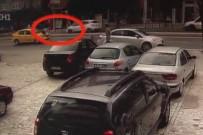HAYDARPAŞA - Kız Arkadaşı İle Tartışıyordu Açıklaması Otomobil Böyle Çarptı