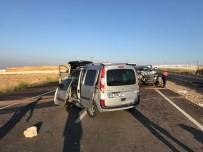 Düşen Plakayı Takmak İçin Duran Araca İki Otomobil Çarptı Açıklaması 3 Ölü