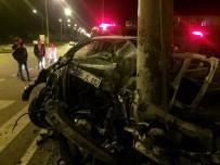 Samsun'da Kamyonet Elektrik Direğine Çarptı Açıklaması 3 Yaralı