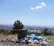 Türbe Çevresindeki Toplanmayan Çöplere Tepkiler Sürüyor