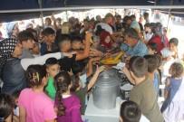 EZİLME TEHLİKESİ - Yoksul Çocuklara Top, Mısır, Pamuk Şeker Ve Kırtasiye Dağıtımında İzdiham