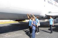 BAKIM MERKEZİ - Kayıt Yaptırdıkları Okul Bahçesinde Dev Uçağı Görünce Şaşkına Döndüler