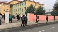 Okullar Açıldı Polis Önlerinde Kuş Uçurtmuyor