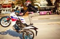 Bir Motosikletli Maganda Daha !