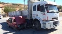Kamyon İle Otomobil Çarpıştı Açıklaması 5 Yaralı