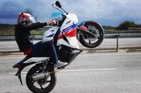 E-5 KARAYOLU - (Özel) E-5 Karayolu'nda Motosikletli Magandanın Tehlikeli Tek Teker Şovu Kamerada