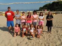 ÖĞRENCİ VELİSİ - Burhaniye'de Plajda Voleyyol Kursu