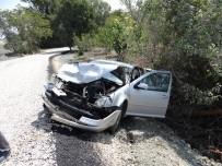 MUSTAFA AKıN - Cenazeye Giden Otomobil Cenaze Aracıyla Çarpıştı Açıklaması 5 Yaralı