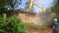 HARABE - İzmit'te Bina Yıkımı Sürüyor