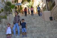SEYFULLAH - Turistler Akın Etti, Adım Atacak Yer Kalmadı