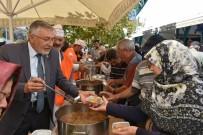 Başkan Bozkurt Pazar Yerinde İlçe Sakinlerine Aşure Dağıttı