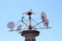 KUŞ YUVASI - Çatıya Yaptığı Dev Maketle Mühendislere Taş Çıkarttı
