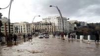 ŞİDDETLİ YAĞIŞ - Cezayir'de Yağış Şiddeti Sele Döndü Açıklaması 2 Ölü
