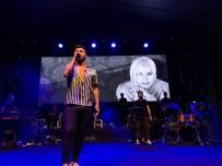 SEZEN AKSU - Emre Kaya'dan Konserlerinde Ustalara Saygı