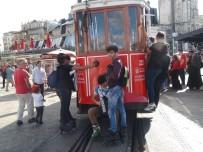 TAKSIM - (Özel) Taksim'de Nostaljik Tramvayın Arkasına Takılan Patenli Gençlerin Tehlikeli Oyunu Kamerada