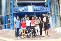 KAYALı - Başkan Kayalı, Başarılı Sporcuya Bisiklet Hediye Etti