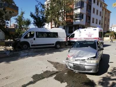 Karaman'da Okul Servisi İle Otomobil Çarpıştı Açıklaması 4 Yaralı
