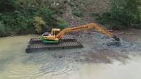 İŞ MAKİNESİ - Sera Gölü'nü Yüzen Kepçe İle Temizliyorlar