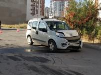 NUMUNE HASTANESİ - Sivas'ta Hafif Ticari Araç İle Otomobil Çarpıştı Açıklaması 4 Yaralı