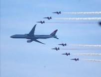 FESTIVAL - Türk Yıldızları ve THY uçağı birlikte uçtu