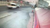 KIRMIZI IŞIK - Bursa'da Servis Minibüsü İle Kamyonet Çarpıştı Açıklaması 7 Yaralı