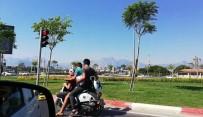ATATÜRK BULVARI - Gençlerin Motosiklet Üzerinde Tehlikeli Yolculuğu