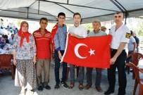 MEHMET CAN - Kaymakam İrdelp'ten Askere Gidecek Gence Türk Bayrağı