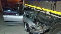ATATÜRK BULVARI - Otomobil Park Halindeki Tırın Dorsesinin Altına Girdi Açıklaması 4 Yaralı