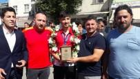 Dünya 3.'Sü Genç Güreşçiye Memleketinde Coşkulu Karşılama