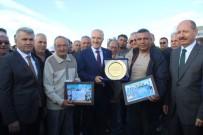 Ayvalık'ta Engürü Sitesi'nden Başkan Kafaoğlu'na Teşekkür Plaketi