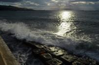 BALIKÇI TEKNESİ - Marmara'da Fırtına Devam Ediyor